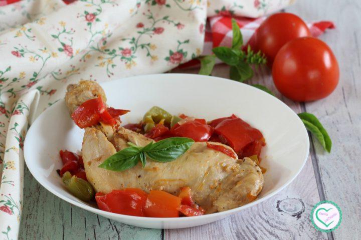 Cosce di pollo con peperoni e pomodori