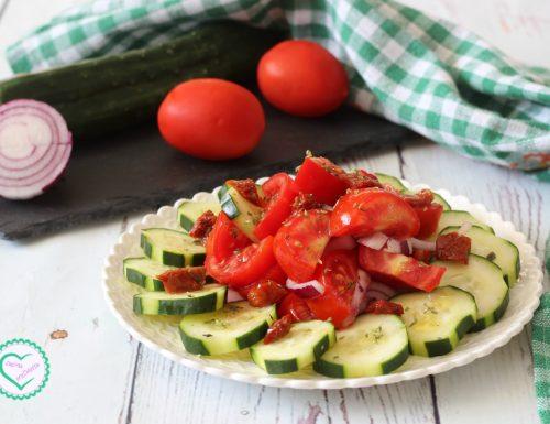 Insalata pomodori, cetrioli e cipolle