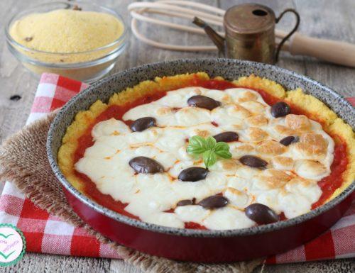 Pizza di polenta con mozzarella e olive