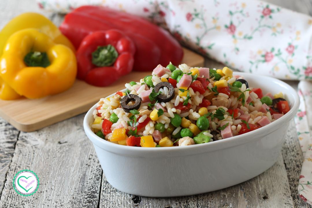 Insalata di riso con mais, peperoni e prosciutto