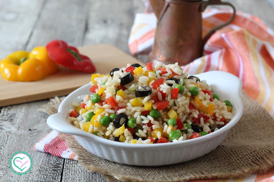 Insalata di riso con peperoni e piselli