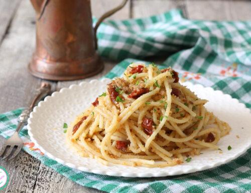 Spaghetti con pomodori secchi e acciughe