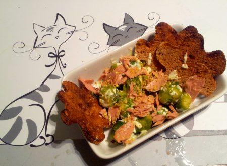 cavolini di bruxelles e filetto di tonno con salsa di yogurt alla curcuma e pistacchio e fiori di pane nero tostati,ricetta light