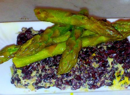 mattonella di riso nero alla crema di asparagi e punte alla curcuma