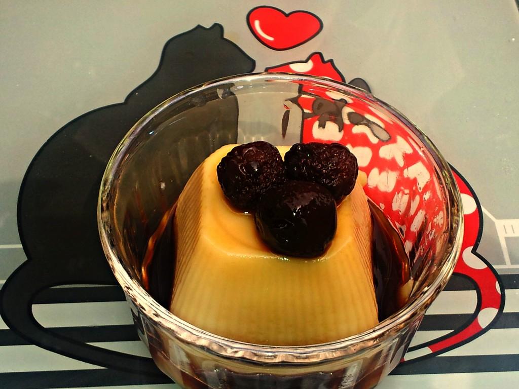 budino alla vaniglia con liquore di ciliegie e ciliegie dell'infuso alcolico