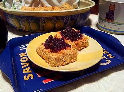 marmellata di uve allo zenzero e noci su quadrotti di frolla con mandrole e noci