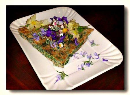 frittata di ortiche con insalata di fiori freschi