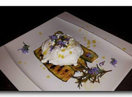 crema di kefir con fiori di rosmarino e olio al rosmarino su carpaccio di zucchine grigliate