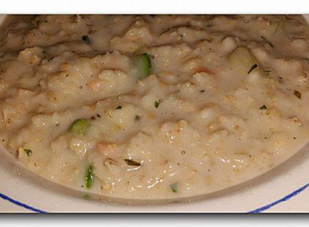 porridge salato di avena, con zucchine, salmone affumicato e erbe aromatiche