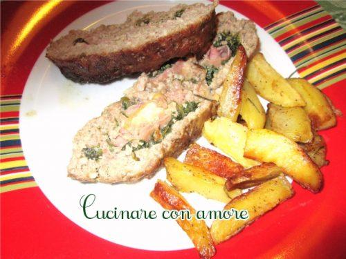 Polpettone con ripieno tricolore e patate al forno