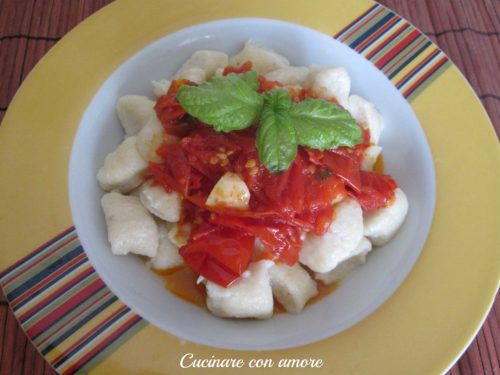 Gnocchi di ricotta con salsa di pomodoro fresco