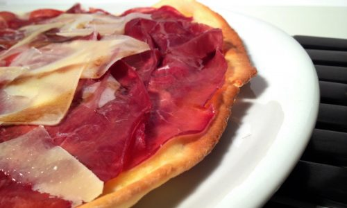 Pizza bassa con Lievito madre bresaola, grana, aceto balsamico