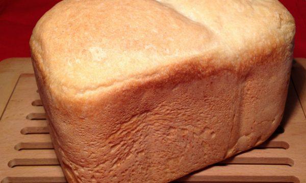 Pane con macchina del pane