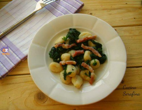 Gnocchi con spinaci, panna e pancetta