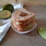 Sandwich con avocado e tapenade