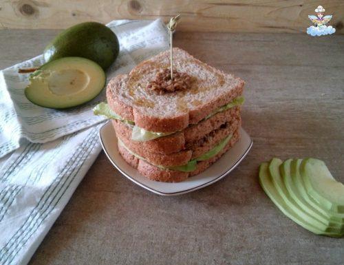 Sandwich con avocado e tapenade