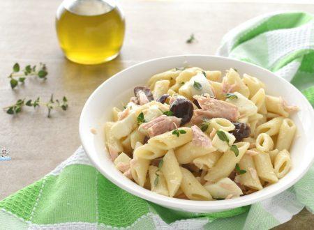 Insalata di pasta con tonno, olive e mozzarella