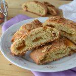 Biscotti arrotolati con marmellata e mandorle