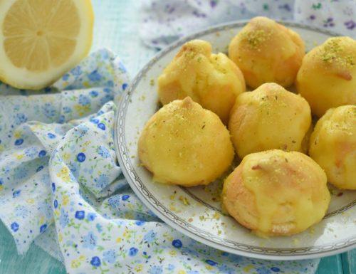 Bignè con crema e glassa al limone