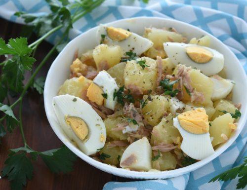 Insalata di patate con uova sode e tonno