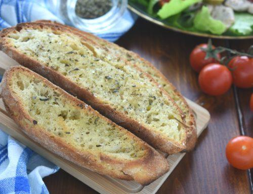 Crostoni di pane conditi al forno