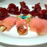 Involtini di salmone con zucchine e roselline di bresaola