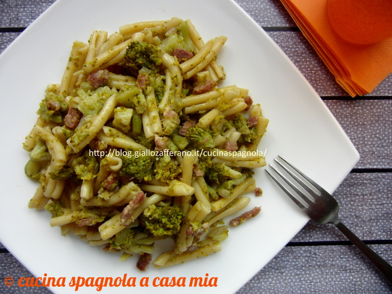 pasta broccoli e pancetta e il pranzo servito