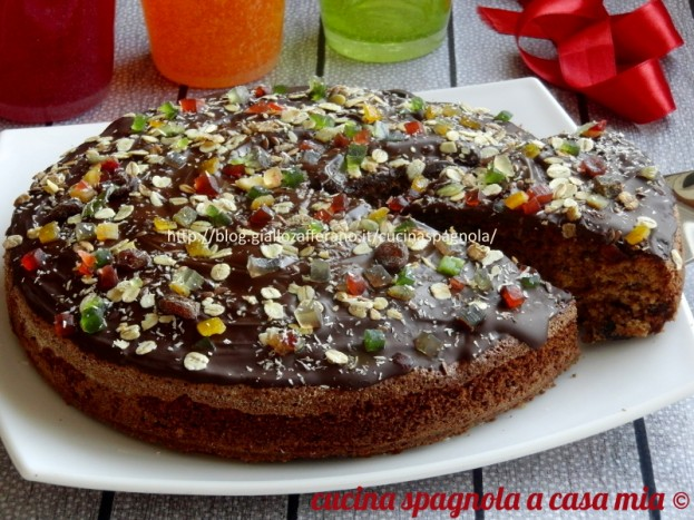 La torta integrale con frutta secca e cioccolato: ricetta con olio, farina integrale, zucchero di canna, cioccolato, frutta secca e candita, muesli e cocco.