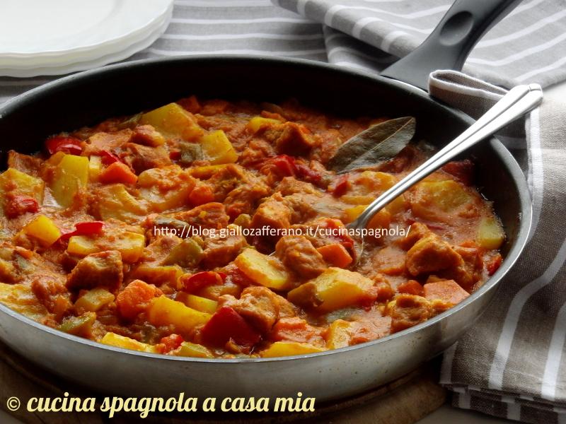 Spezzatino di maiale con patate e verdure, ricetta tradizionale in umido. Cucinato veloce in padella risulta tenero, gustoso e leggero.