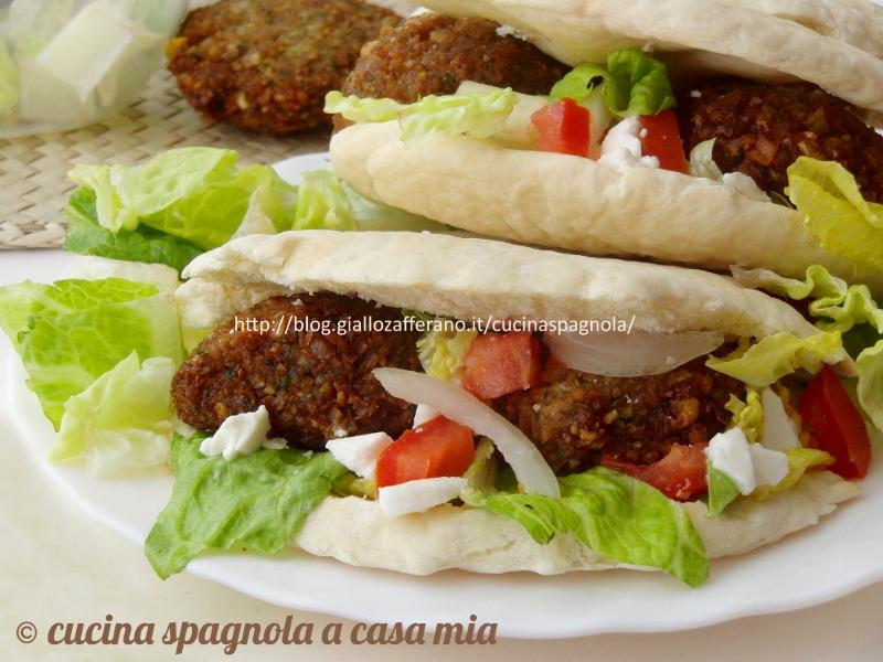 Falafel fatti in casa: senza uova, morbidi e gustosi. Tutti i segreti perchè vengano perfetti, include ricetta della pita e salsa con yogurt