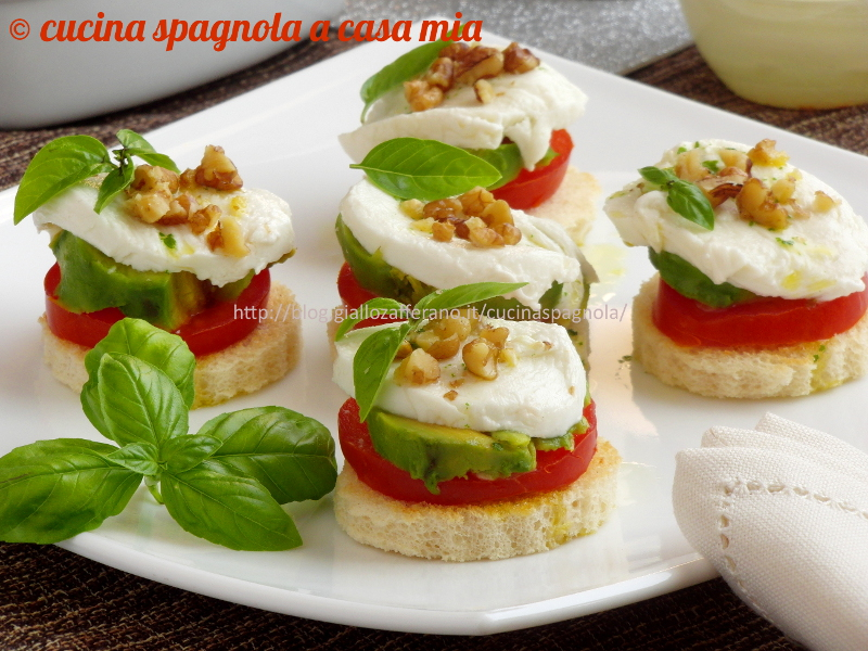 Ricetta tartine estive alla caprese con avocado e noci for Ricette di cucina estive