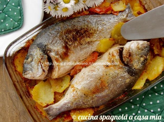 Orata alla minorchina: dalla bella Minorca la ricetta per un secondo facile, sano e molto gustoso. Con patate, pomodori e peperoni verdi.