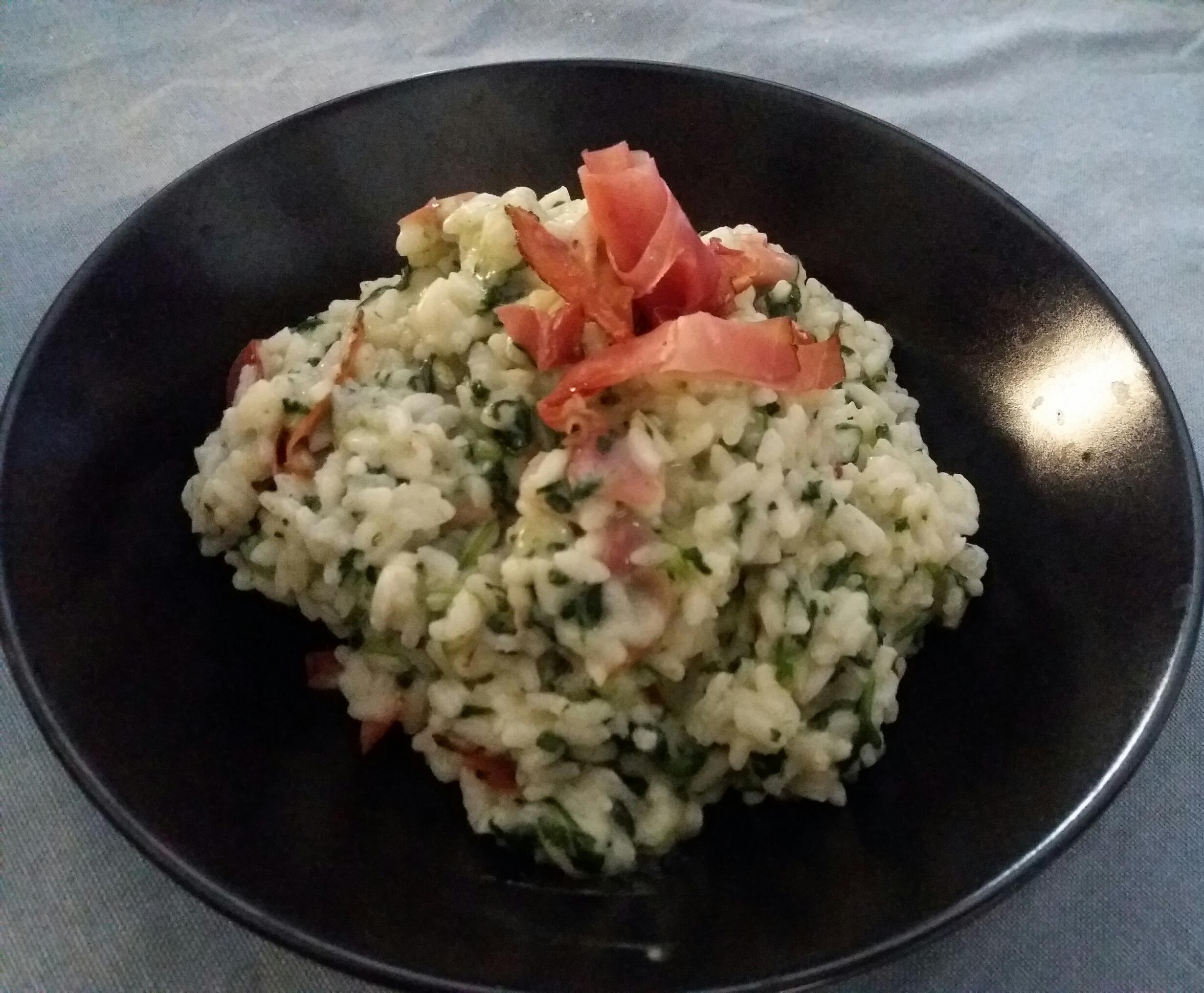 risotto con spinaci, caprino e speck croccante