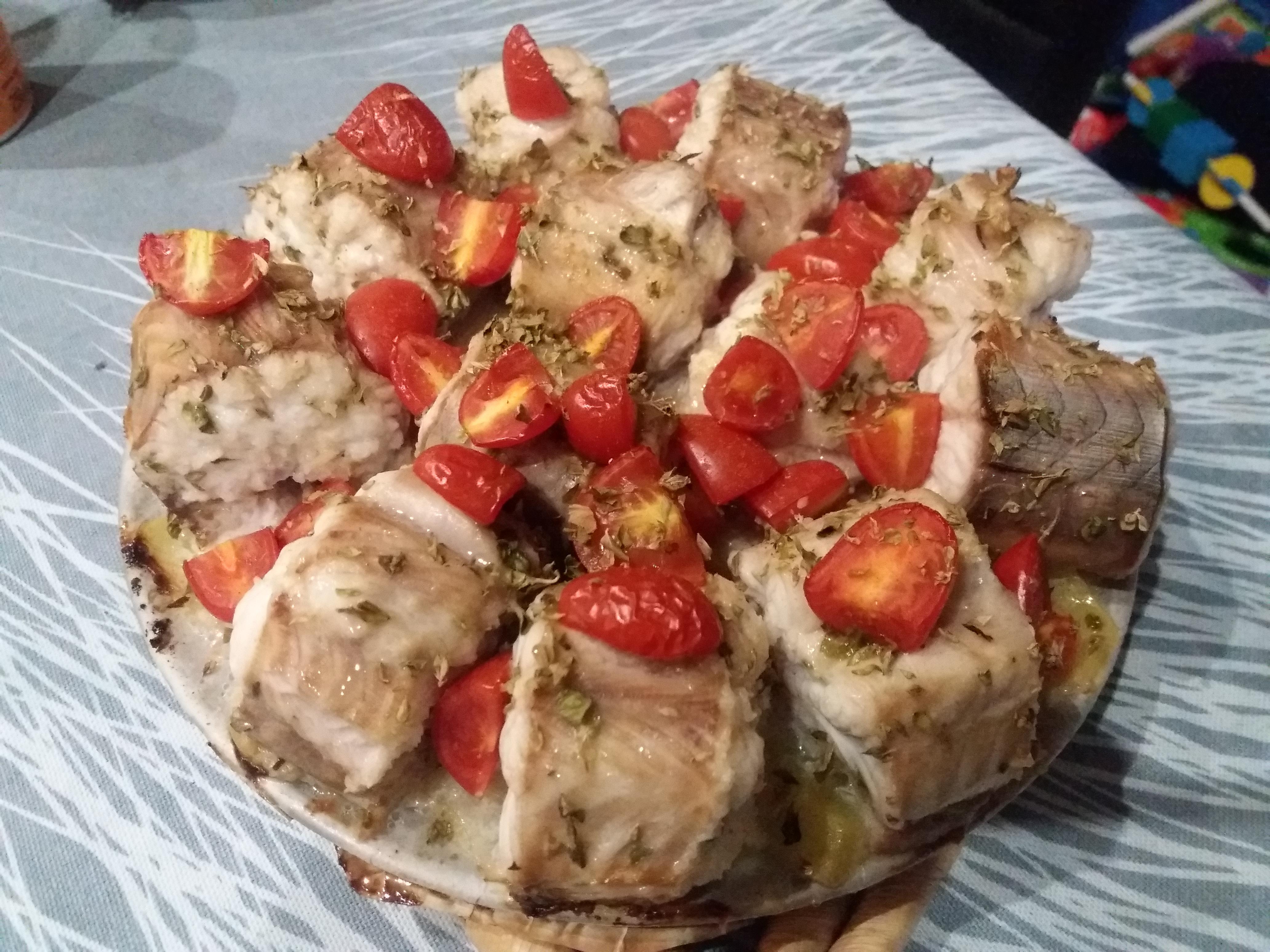 Bocconcini di spinarolo con pomodorini su letto di patate - Pesce su letto di patate ...