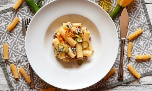 Rigatoni con zucchine novelle, fiori di zucca e salsiccia