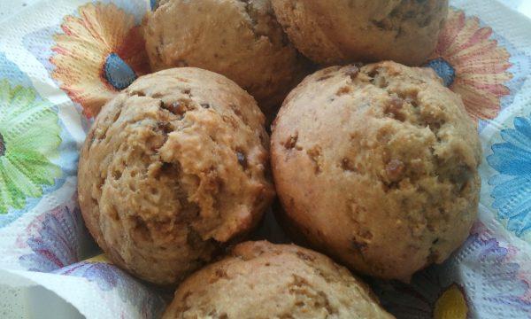 Muffins leggeri allo yogurth e banana con gocce ai frutti di bosco