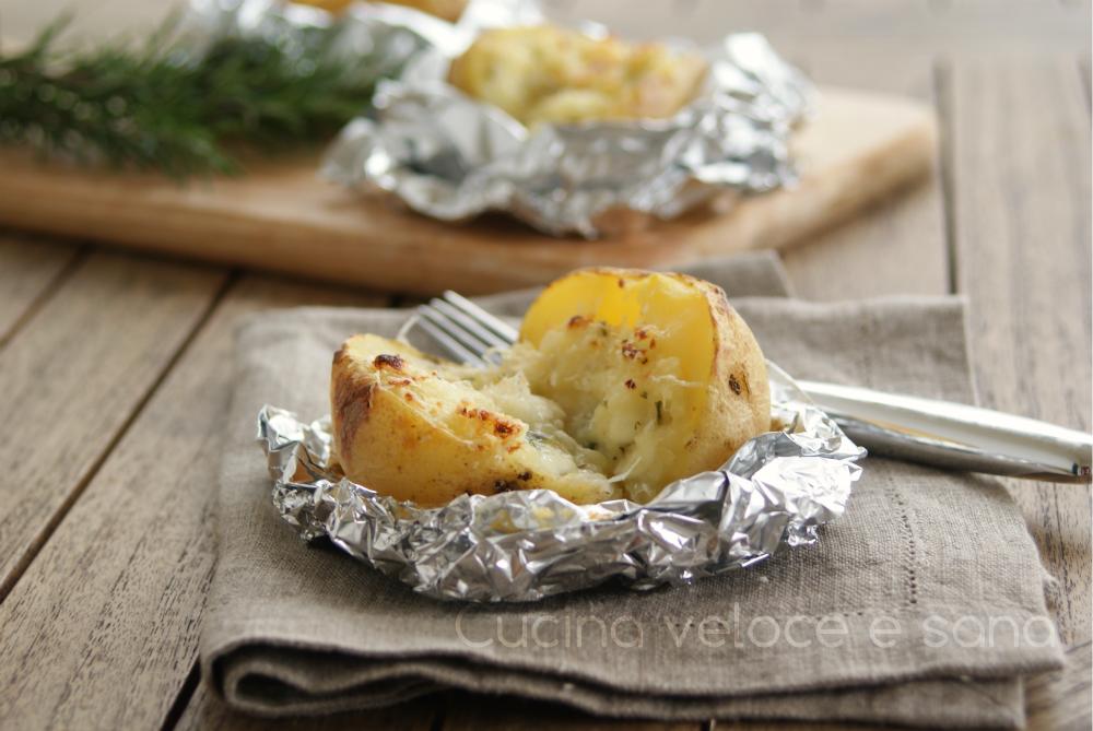 Patate al cartoccio con stracchino e rosmarino | Cucina veloce e sana