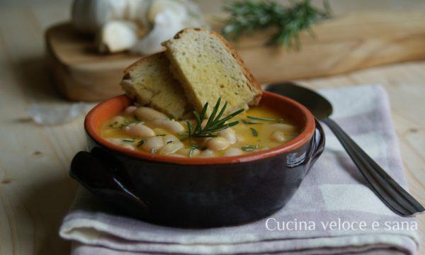 Zuppa con zucca, finocchio e fagioli con pane all'aglio