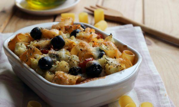 Pasta al forno con cavolfiore, mozzarella e pomodoro