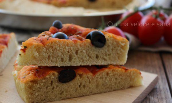 Focaccia al pomodoro, olive e origano