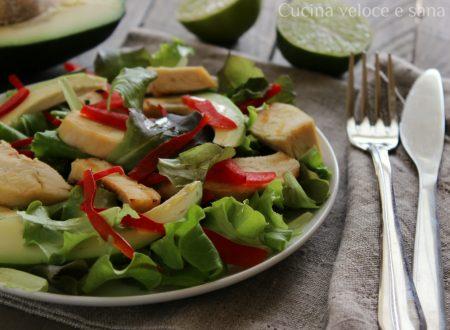Insalata di pollo e avocado con peperoni