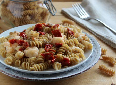 Pasta con cavolfiore, pomodori secchi e semi di girasole