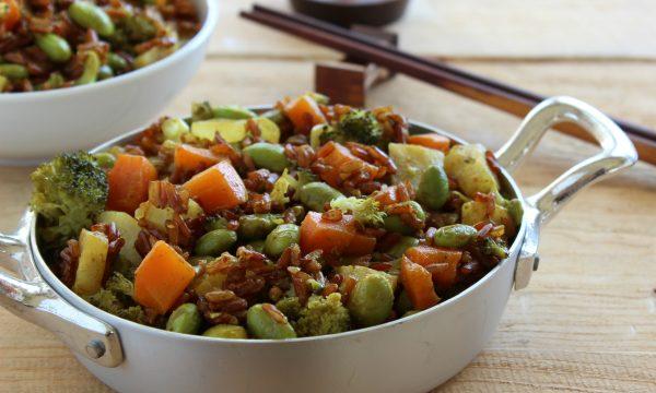 Riso rosso al curry con edamame e verdure