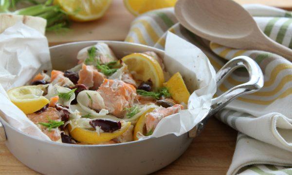 Salmone al cartoccio con finocchio e olive