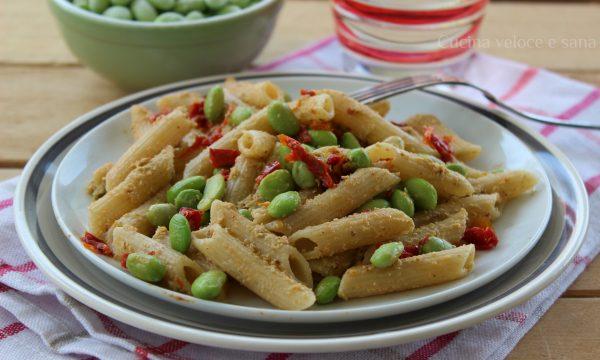 Pasta al pesto di edamame e pomodori secchi