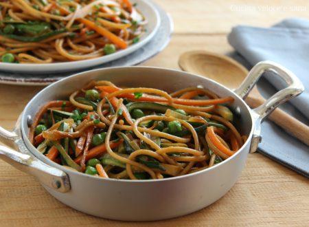 Spaghetti saltati con verdure all'orientale