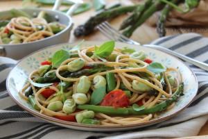 Pasta con le fave, asparagi e pomodorini