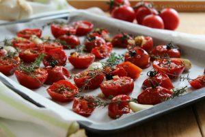 Pomodorini al forno aromatizzati all'aglio e timo