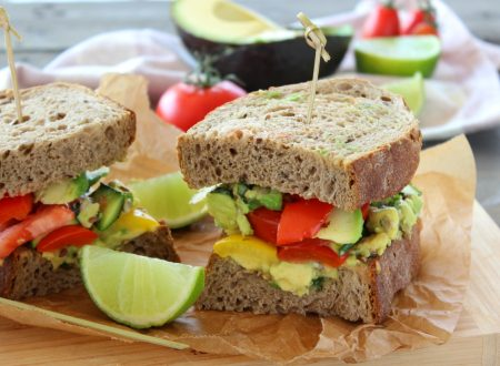 Panino con avocado e peperoni