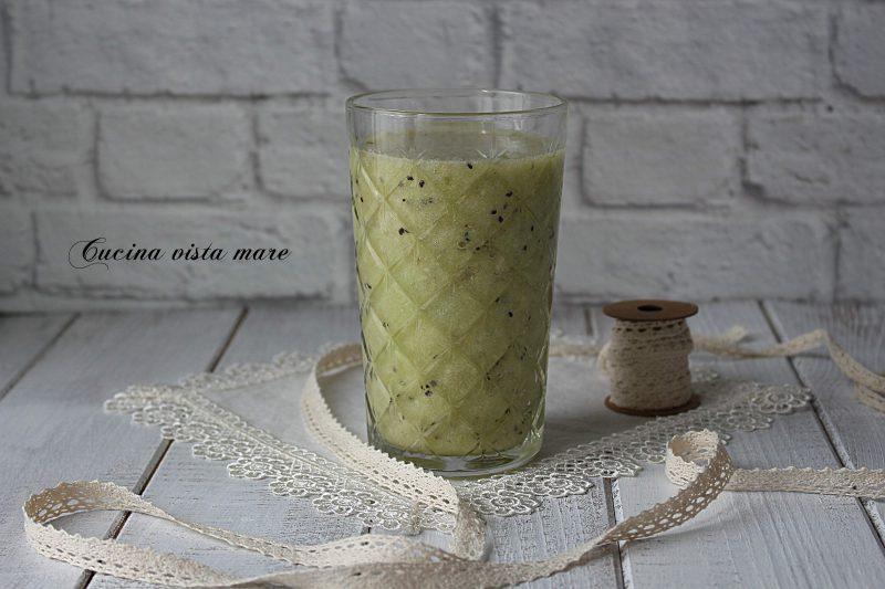 Frappè al kiwi, banane e ananas